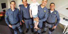Menino recebe visita de PMs que o salvaram de afogamento em Campo Novo do Parecis