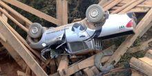 Motorista não vê desvio e viatura com 4 policiais civis cai em ponte quebrada