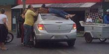 Mulher para em cima de carro após acidente em avenida de Cuiabá