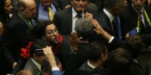 Jean Wyllys cospe em Bolsonaro na Câmara dos Deputados